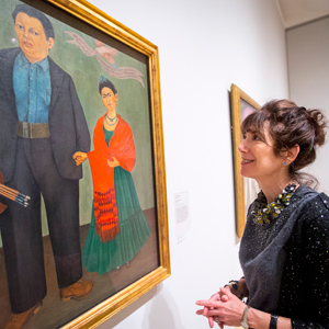 Alexandra Darraby looks at a Frida Kahlo painting