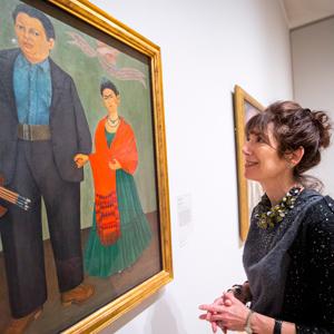 Alexandra Darraby looks at a Frida Kahlo painting