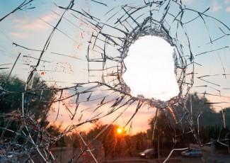 Photo_of_broken_windshield